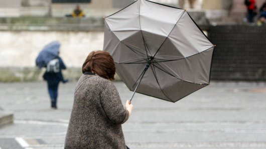 Das Wetter in Deutshcland wird ungemütlich. Vor allem am Dienstag soll es zu teils heftigen Stürmen kommen.