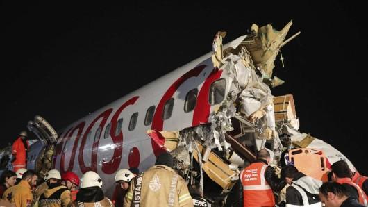 Bei einem schweren Flugzeug-Unglück in der Türkei starben am Mittwoch drei Menschen, über 170 weitere wurden verletzt.