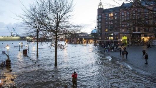 Der Fischmarkt mit der Fischauktionshalle steht während einer Sturmflut unter Wasser.