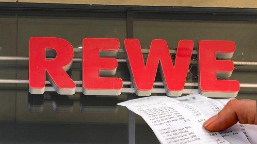 Zahlreiche Kunden haben sich im Netz über Rewe beschwert. Der Grund für die Wut: lange Kassenbons mit Werbung. (Symbolbild)