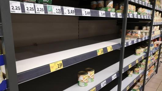 Wer in diesem Supermarkt Konserven kaufen wollte, kam zu spät. Von vielen Sorten ist nichts mehr übrig.