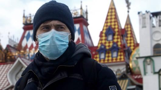 Ein Russe schützt sich in Moskau mit einer Schutzmaske. (Symbolfoto)