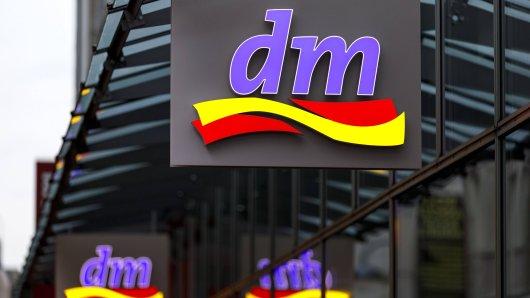 Eine dm-Kundin beschwert sich: Regelmäßig sieht sie Mitarbeiter mit Klopapier unter dem Arm den Laden verlassen. Selbst hat sie jedoch nie Glück. (Symbolbild)