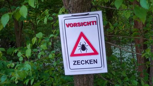 Ein Schild warnt vor Zecken.