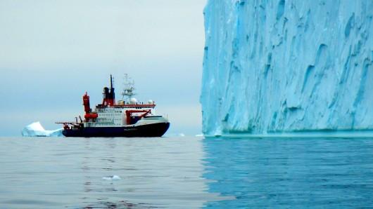 Ein Schiff von Forschern in der Antarktis.
