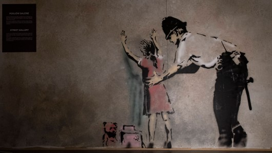 Banksy ist ein weltberühmter Graffiti-Künstler, doch noch kann er seine wahre Identitä geheim halten. Das soll sich ändern!