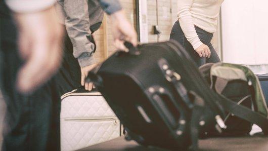 Ein Passagier am Flughafen Frankfurt ist wütend. Grund ist die Ausgabe seines Gepäcks. (Symbolbild)