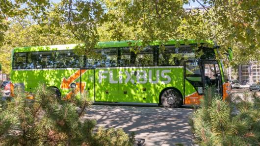 Ein Mann war mit dem Flixbus unterwegs, als er eine irre Durchsage hörte. (Symbolbild)