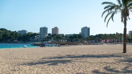 Der Strand von Mallorca ist fast wie leergefegt.