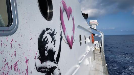 """Das Rettungsschiff """"MV LouiseMichel"""" ist vom Streetart-Künstler Banksy bemalt. Banksy unterstützt das Schiff zur Rettung von Flüchtlingen im Mittelmeer."""