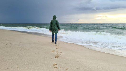 Eine Frau machte Urlaub an der Ostsee. Dort ging sie spazieren - und geriet in eine Gefahr. (Symbolbild)