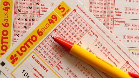 Ein Flughafen-Mitarbeiter hat im Lotto gewonnen. Jetzt will er ausgerechnet DAS machen. (Symbolbild)