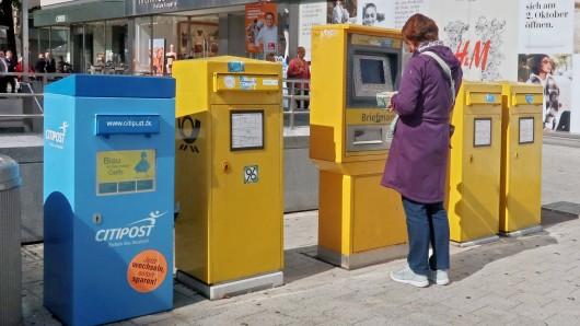 Kein Durchblick mehr im Briefmarken-Dschungel: Eine Kundin ging extra zu einer Poststelle, doch das Ergebnis war bitter.