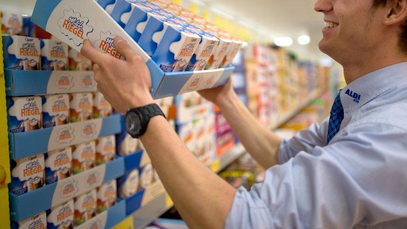 Aldi: Mitarbeiter räumt Regale um – was er da findet, sorgt für ein kleines Wunder