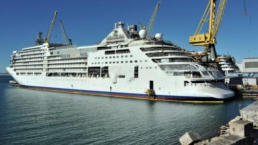 """Silversea betreibt Kreuzfahrtschiffe der Luxusklasse. Hier sieht man die """"Silver Moon"""" im Hafen von Ancona (Italien). (Archivfoto)"""