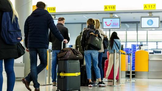 Mallorca-Reisen sind in den Osterferien extrem beliebt, überall in Deutschland bilden sich wie hier am Flughafen Hannover lange Schlangen.