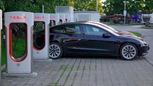 Ein Tesla an einem Supercharger, einer Tesla-eigenen Ladesäule. Mit ihnen will der US-Autobauer VW vom Leib halten. (Archivfoto)