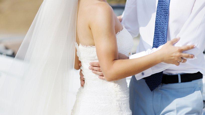Hochzeit-Brautpaar-beginnt-Hochzeitstanz-dann-geschieht-das-Ungl-ck