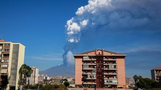 Urlaub in Italien: Lava und Asche schossen aus dem Ätna auf Sizilien. (Archivbild)