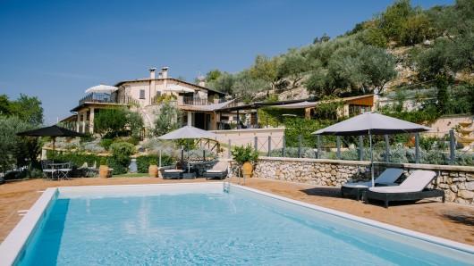 Bei ihrem Urlaub in Italien hatte eine Teenagerin einen erschreckenden Unfall im Pool. (Symbolbild)
