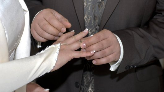 Hochzeit: Schwiegermutter kommt für Getränke und Blumen auf, doch die Braut wird es wenig später bereuen.