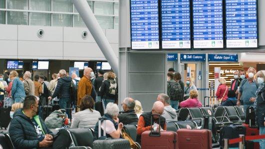 Am Flughafen Düsseldorf müssen sich Reisende häufig mit langen Wartezeiten abfinden.