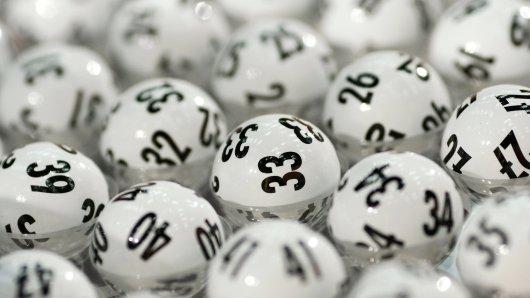 Ein Mann hat beim Lotto richtig abgeräumt und dabei doppelt Glück gehabt. (Symbolbild)