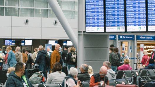 Am Flughafen Düsseldorf gab es lange Schlangen bei der Einreise. (Symbolbild)