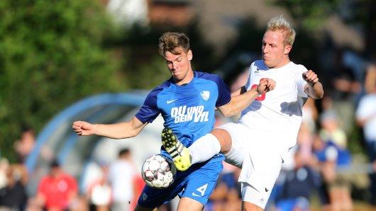 Wird den VfL Bochum wohl verlassen: Simon Lorenz (l.), hier im Testspiel bei der SG Linden-Dahlhausen.