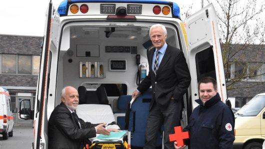 Jürgen Puhlmann, Vorstand des DRK im Kreis Borken, Aloys Eiting, Vorsitzender des Präsidiums und Jürgen Rave (von links) vor dem Carpe-Diem-Rotkreuzmobil.