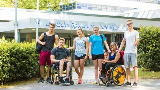 Die sechs jugendlichen Spitzensportler treffen sich zum ersten Mal an der Sporthochschule Köln.