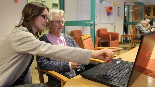 Für Betreuerin Jana Timme (29) und Waltraut Meinhardt (88) gehören im Kölner Caritas-Altenzentrum St. Maternus Tablets und Computer-Spiele zum Alltag.