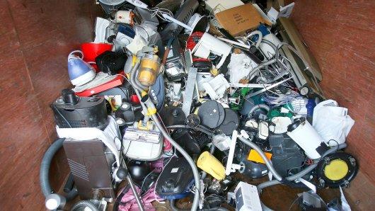 """ARCHIV- ILLUSTRATION - Ausrangierte Haushaltsgeräte und andere Elektrogeräte liegen am 04.02.2013 in einem Sammelcontainer für Elektroschrott auf dem Recyclinghof Bahrenfeld in Hamburg. Die Verbraucherzentralen dringen auf längere Garantiezeiten für hochwertige Produkte wie Elektrogeräte oder Autos. (zu dpa """"Verbraucherschützer für längere Garantie bei hochwertigen Produkten"""" vom 18.06.2017) Foto: Christian Charisius/dpa +++(c) dpa - Bildfunk+++"""