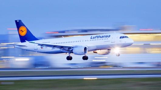 ARCHIV- Ein Flugzeug der Fluggesellschaft Lufthansa des Typs Airbus A320 landet am 04.02.2014 am Flughafen in Düsseldorf (Nordrhein-Westfalen). Das Statistische Landesamt veröffentlicht am Donnerstag Zahlen zu von den größten NRW-Flughäfen gestarteten Passagieren aus dem 1. Halbjahr 2017. Foto: Kevin Kurek/dpa +++(c) dpa - Bildfunk+++