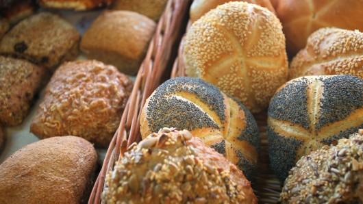 ARCHIV - 25.10.2017, Bayern, Kaufbeuren: Verschiedene Brötchen liegen in der Auslage eines Bäckers. Der Verband der Großbäckereien informiert am 05.09.2018 in Frankfurt über die möglichen Folgen der Dürre für die Getreide- und Mehlproduktion und damit auf die Preise für Brot oder Brötchen. Foto: Karl-Josef Hildenbrand/dpa +++ dpa-Bildfunk +++
