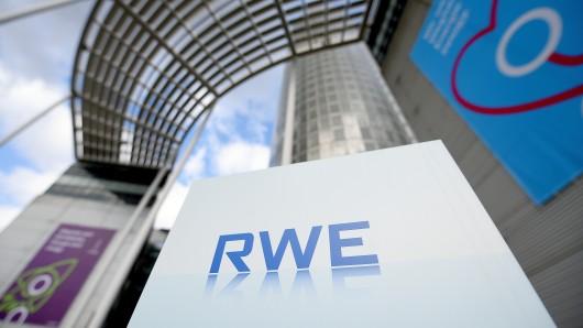 An der Unternehmenszentrale des Energieversorgers RWE sind am Freitag (24.02.17) in Essen Werbemotive und Logos der RWE AG und der Innogy SE angebracht. Foto: Volker Hartmann/Funke Foto Service