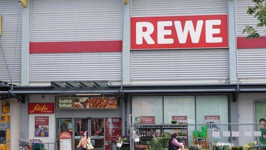 Nach dem Einkauf bei Rewe ist die Kundin außer sich. (Symbolbild)