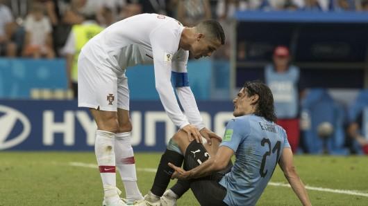 Ronaldo hilft dem verletzten Cavani vom Platz.