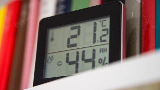 Zwischen 40 und 60 Prozent Luftfeuchtigkeit sind gute Werte. Manche Experten raten aber, stets auch unter 50 zu bleiben.