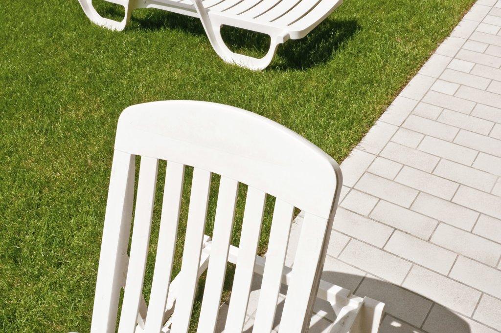 Gartenliegen aus Kunststoff werden bei Sonne schnell spröde - Wohnen ...