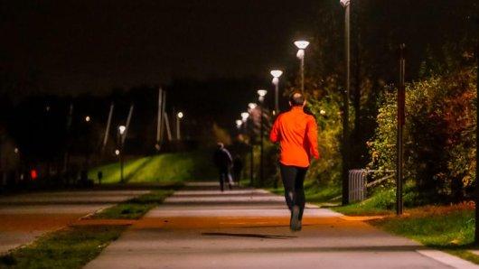 Am Phoenix-See leuchtet seit 2015 die größte deutsche Anlage mit mitlaufendem Licht eine Technologie auch für andere Straßen.