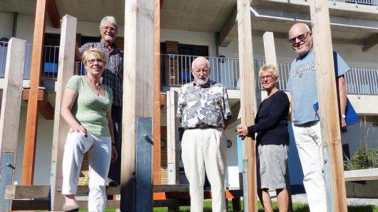 Sabine Gebhardt (vorne l.) möchte das Wohnprojekt Hand in Hand gründen. Jochen Deschner, Ulrich Reuter, Jutta Deschner und Dr. Franz Gottschalk (hinten v.l.) wohnen bereits in einer Gemeinschaft aus Wohnungseigentümern am Phoenix-See.