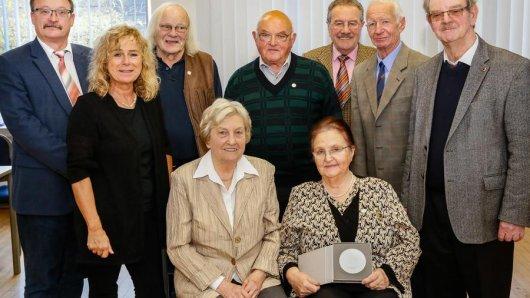 Rüdiger Schmidt (l.) und Marion Hardt mit den diesjährigen Preisträgern der Scharnhorst-Medaille.