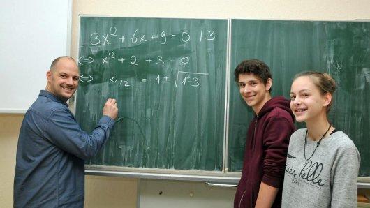 Na, könnten Sie die Gleichungen lösen, die Lehrer Tobias Ortmann an die Tafel geschrieben hat? Dominik Wobbe und Leonie Sommer haben damit keine Schwierigkeiten.