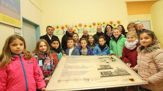 Oberbürgermeister Ullrich Sierau (hinten 2.v.l.) kam zum offiziellen Baubeginn in die Aplerbecker Grundschule.
