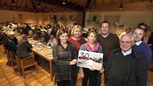 Susanne Burmeister, Nathalie Kolm, Petra Preuß-Pein, Frank Westermann und Stefan Biermann (oben v.l., mit Pfarrer Berthold Wagener) organisierten das Ameland-Treffen.