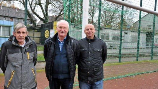 Wollen die Asche möglichst bald loswerden (v.l.): Jugendleiter Jürgen Frerich, der Vorsitzende des Gesamtvereins, Gisbert Dankowski, und A-Jugend-Trainer Markus Barz.