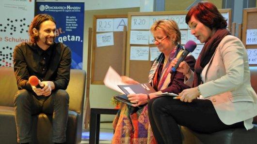 Beim Demokratietag interviewte die Journalistin Blanka Weber (r.) Fußball-Profi Neven Subotic und NRW-Schulministerin Sylvia Löhrmann.
