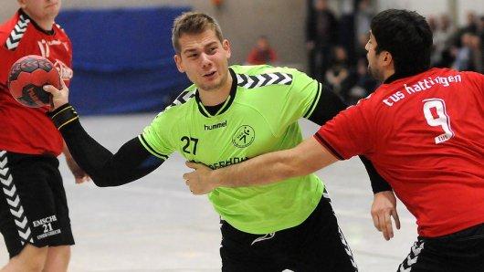 Alexander Materna (am Ball), hier im Spiel gegen den TuS Hattingen 2, läuft am Samstagabend mit der HSG Rauxel-Schwerin beim Wittener TV auf.