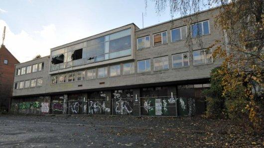 Zerstört, beschmiert - und bald Vergangenheit: Die alte Feuerwache 4 an der Wellinghofer Straße.